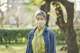 マスクをつけた日本人シニア女性の写真素材 [FYI04774711]