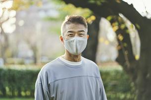 マスクをつけた日本人シニア男性の写真素材 [FYI04774713]