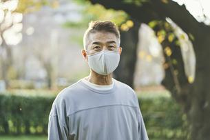 マスクをつけた日本人シニア男性の写真素材 [FYI04774714]