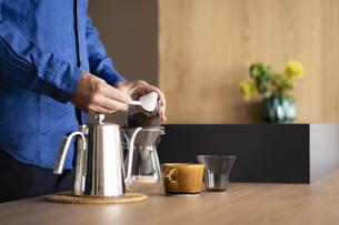 コーヒーを淹れるシニア男性の手元の写真素材 [FYI04774715]