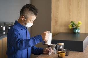 コーヒーを淹れる日本人シニア男性の写真素材 [FYI04774717]