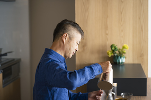 コーヒーを淹れる日本人シニア男性の写真素材 [FYI04774718]