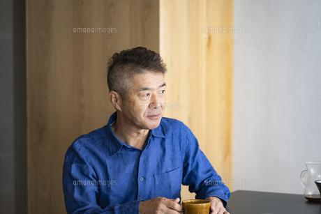 コーヒーカップを持つ日本人シニア男性の写真素材 [FYI04774720]
