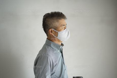 マスクをつけた日本人シニア男性の写真素材 [FYI04774740]
