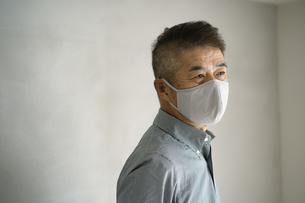 マスクをつけた日本人シニア男性の写真素材 [FYI04774742]