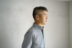 日本人シニア男性の横顔の写真素材 [FYI04774743]