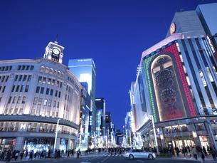 東京都 夕暮れの銀座四丁目交差点の写真素材 [FYI04774767]
