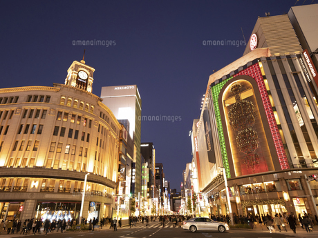 東京都 夕暮れの銀座四丁目交差点の写真素材 [FYI04774768]