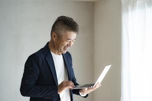 ノートパソコンを見る日本人シニア男性の写真素材 [FYI04774788]