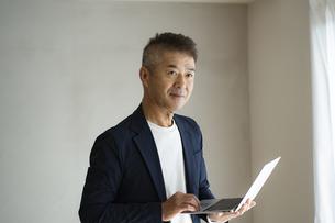 ノートパソコンを持つ日本人シニア男性の写真素材 [FYI04774789]
