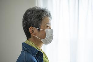 マスクをつけた日本人シニア女性の写真素材 [FYI04774801]