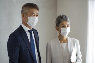マスクをつけたシニア世代のビジネスマンとビジネスウーマンの写真素材 [FYI04774808]