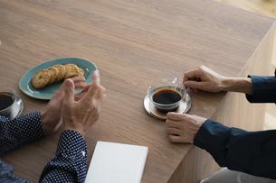 コーヒータイムのシニア夫婦の手元の写真素材 [FYI04774818]