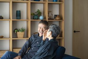 談笑する日本人シニア夫婦の写真素材 [FYI04774820]