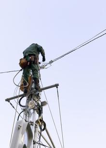 信号機の上での電線工事の写真素材 [FYI04774839]