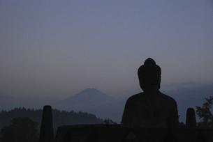 神秘的、世界遺産ボロブドゥールからのジャングルの朝靄と仏像の写真素材 [FYI04774872]