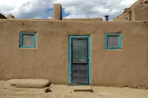 世界遺産 タオス・プエブロの建造物のドアと窓の写真素材 [FYI04774875]