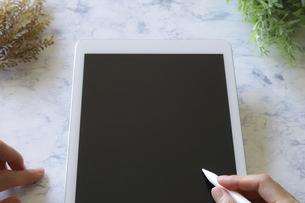 タブレットとタッチペンの写真素材 [FYI04774891]