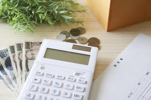請求書と計算機とお金の写真素材 [FYI04774895]