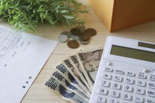 請求書と計算機とお金の写真素材 [FYI04774896]