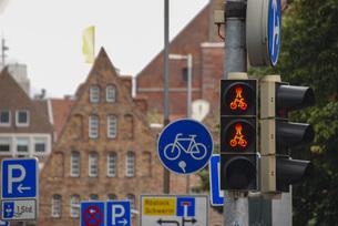 ヨーロッパの古い街 自転車の道路標識の写真素材 [FYI04774911]