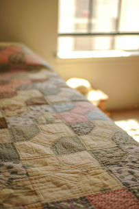 アンティークキルトのベッドカバーの写真素材 [FYI04774913]