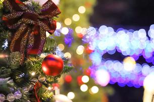 クリスマスツリーとオーナメントの写真素材 [FYI04774934]