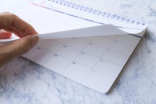カレンダーをめくる手元の写真素材 [FYI04774943]