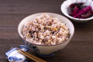 雑穀ご飯(十六穀米)の写真素材 [FYI04775038]
