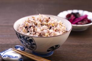 雑穀ご飯(十六穀米)の写真素材 [FYI04775039]