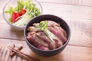 ステーキ丼の写真素材 [FYI04775074]