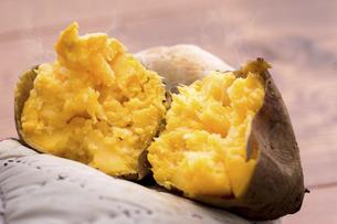 安納芋の焼き芋の写真素材 [FYI04775104]