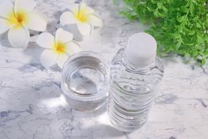 ペットボトルの水とコップに入った水の写真素材 [FYI04775150]