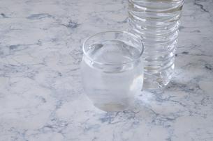 コップに入った水の写真素材 [FYI04775151]