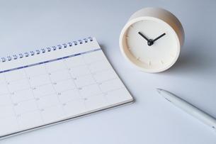 時計とカレンダーとボールペンの写真素材 [FYI04775172]