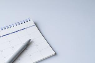 カレンダーとボールペンの写真素材 [FYI04775175]