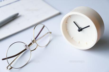 時計とメガネの写真素材 [FYI04775178]