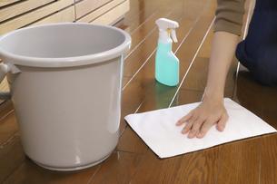床の拭き掃除の写真素材 [FYI04775204]