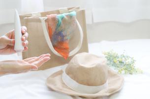 日焼け止めクリームを塗る手元の写真素材 [FYI04775216]