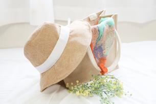 麦わら帽子とバッグの写真素材 [FYI04775218]
