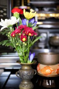 仏壇に飾る仏花の写真素材 [FYI04775222]