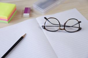 ノートとえんぴつと眼鏡の写真素材 [FYI04775227]