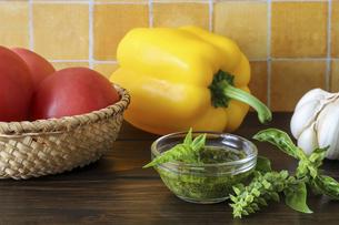 バジルペーストと様々な野菜の写真素材 [FYI04775265]