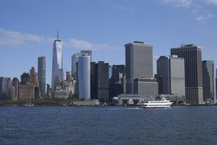 ニューヨーク ハドソン川とマンハッタンのビル群の写真素材 [FYI04775413]