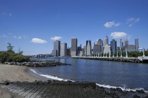 ニューヨーク イーストリバーとマンハッタンのビル群の写真素材 [FYI04775419]