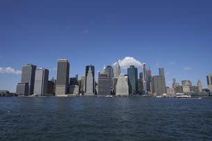 ニューヨーク イーストリバーとマンハッタンのビル群の写真素材 [FYI04775420]