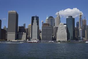 ニューヨーク イーストリバーとマンハッタンのビル群の写真素材 [FYI04775421]