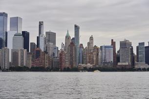 ニューヨーク マンハッタンのビル群の写真素材 [FYI04775425]