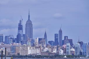 ニューヨーク マンハッタンのビル群の写真素材 [FYI04775429]