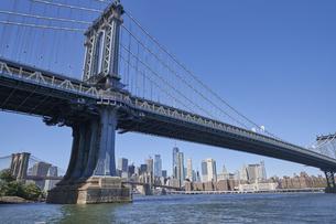 ニューヨーク マンハッタンブリッジとマンハッタンのビル群の写真素材 [FYI04775432]